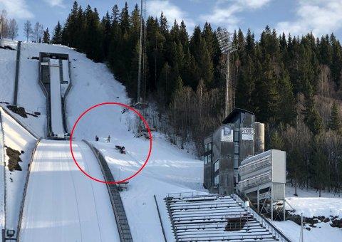 Her fraktes en person ned fra Lysgårdsbakken, etter å ha blitt skadet i 90-meters bakken mandag formiddag.