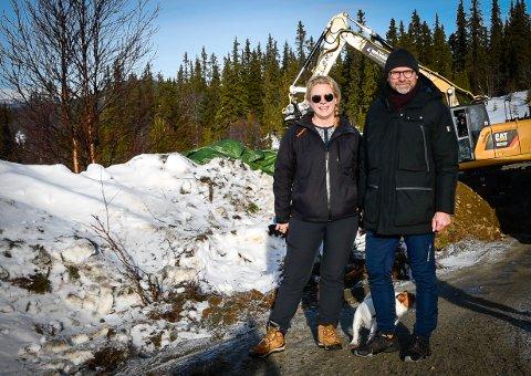 Tina og Erik Bråthen frå Askim byggjer hytte på Gålå. – Vi bytter ut Frankrike med Fron, fortel ekteparet som har med seg Molly, ein Jack Russel terrier på 8,5 år.