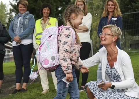 VELKOMMEN: Helene Oppen ønskes hjertelig velkommen av den nye læreren sin, Randi Watterud Vassjø.
