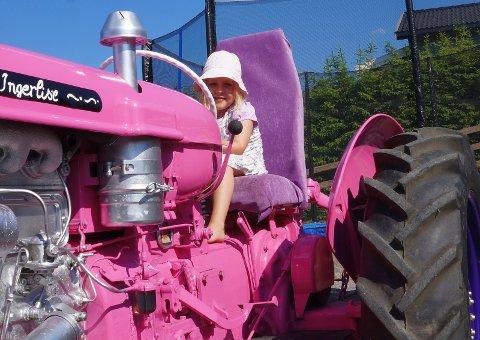 STOLT EIER: Litt liten til å forstå alt med traktoren enda, men Ingerlise på snart fem er veldig klar på at det er hennes traktor.