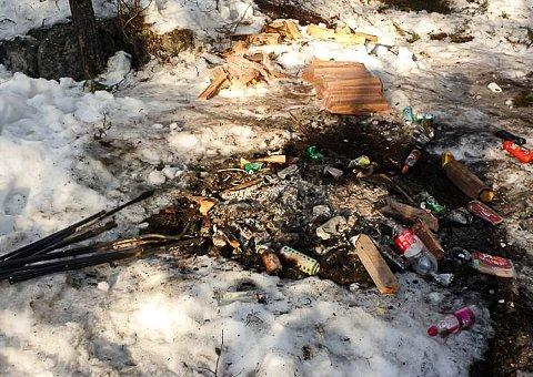 SIGDALSRALLY: NMK Modum & Sigdal er oppitt over at enkelte lar flasker og annet søppel ligge igjen etter seg når de er på fartsfest i Sigdal.