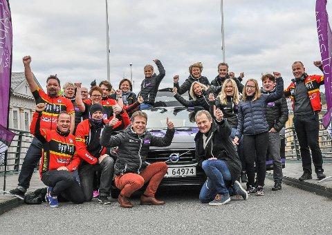 FIKK DET TIL: Roy Moberg (foran til venstre) og et knippe bidragsytere og frivillige i  Ladies Tour of Norway-sirkuset jubler for World Tour-status neste år.