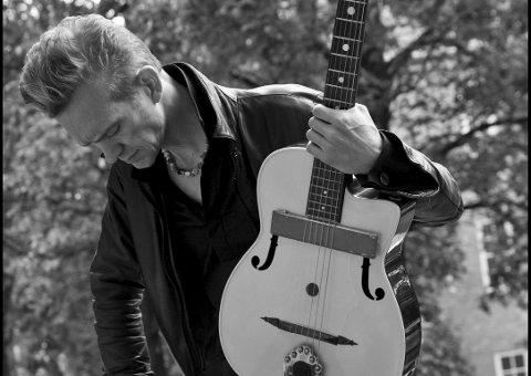 GITARGURU: Fredrik Wandrup i Dagbladet mener Geir Sundstøl tryller fram himmelske toner på det nye albumet «Langen Ro». Foto:  Raymond Mosken