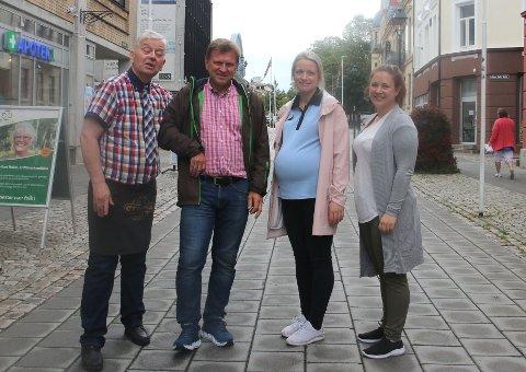 FORNØYDE: Dette firkløveret er fornøyde med sommersesongen i gågata.  F.v: Sverre Stang, Jo Køhn, Kathrine A. Thoresen og Caroline Johansen