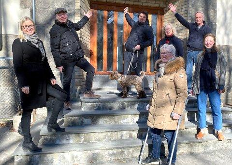 Ordfører Anne Kari Holm sprudler av stolthet for at flertallspartiene nå sikrer flertall for Os-prosjektet sammen med Frp.  På bildet f.v: Linn Laupsa (AP), Jens Bakke (SP), Helge Bergseth Bangsmoen (AP), Vibeke Julsrud (MdG), Fridtjof Dahlen (SV), Anne Helene Bakke (Venstre). Foran er Anne Kari Holm (SP).