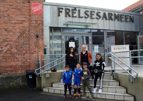AKTIVE: Mange barn i Halden har funnet sin aktivitet takket være Trine Ulsrød, og prosjektet ALLEMED. Foran fra venstre: Mohammed, Jan og Cudi. Bak fra venstre: Evlin, Trine Ulsrød og Rouseem.