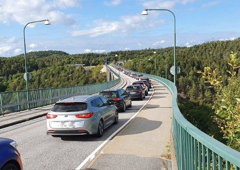 Politiet er frustrert over at folk kjører over gamle Svinesundbru med uvaksinerte barn i bilen.