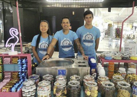 ATTRAKSJON: Ice cream rolls dro til seg kunder langvegsfra og disse vil tidvis bli mulig å få kjøpt på Plan B som Mizo Boukadida (midten) snart åpner. Her med kona Tra My og sønnen Sebastian.
