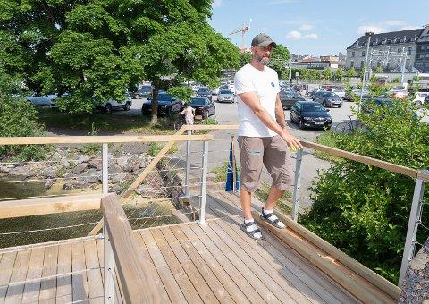 PÅ TOPPEN: Stein Ola Skaarer har tatt seg opp på taket på badstubåten. Her kan folk stupe eller bare nyte solen og utsikten.