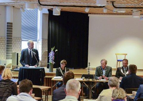 Møteleiar: Fylkesmann Lars Sponheim innleia måndag det første felles kommunestyremøtet.