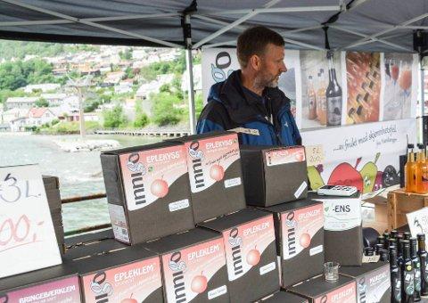 Ulik regeltolkning:  Innigo og Hardanger Cideri får kanskje nei av Bergen kommune til salg fra bod av cider med styrke 4,7 prosent. Terje Johnsbråten bak juskartongene.