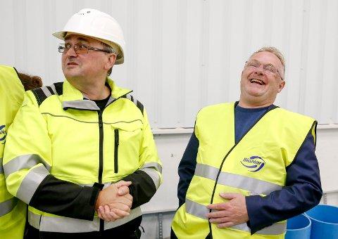 TRIVDES: Fiskeriminister Per Sandberg (t.h.) og lagerleder Kenneth Lodden under besøket hos BioMar på Husøy.