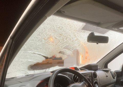 LITE SIKT: Slik var frontruten i bilen som ble stanset fredag kveld i Karmsundgata.