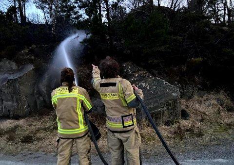 SLUKKER: Brannvesenet meldte brannen slukket rundt en halvtime etter at meldingen kom inn.