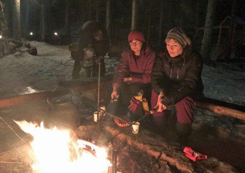 Grete Nystad (t.v) og Kjersti Pettersen steikte pølser og koste seg ved bålet.