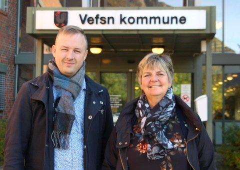 HELHET: Rune Krutå minner om en del av bakgrunnen for skolesaken, nemlig å skaffe penger til investeringer innen omsorgssektoren.  Her er han fotografert utenfor rådhuset i Mosjøen sammen med ordfører Berit Hundåla (Sp).