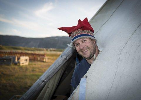 ROLIG: Til tross for at han skal drive «fylkets største butikk» om en uke, er festivalsjef Jon Arne Pettersen rolig. I år ligger festivalen svært godt an med forberedelsene. – Vi ligger en uke, kanskje to uker, foran fjoråret, sier Midnattsrock-sjefen.FOTO: STIAN ELIASSEN