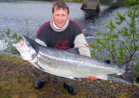 LITE GREIT: Karl Tore Kivijervi synes det ekkelt å ha innbrudd på hytten. Her er han avbildet ved en tidligere anledning, da han fikk denne laksen på 17 kilo Øvre Sorrisniva i 2010.