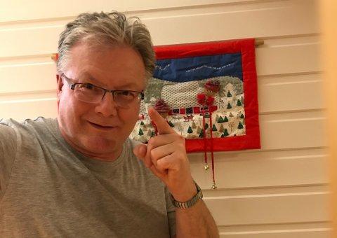 """PÅ TOPP: Rådmann Leif Vidar Olsen i """"nye"""" Hammerfest har grunn til å være fornøyd med lønna. Fornøyd var han også med julespøken han fikk til da dette bildet ble tatt."""