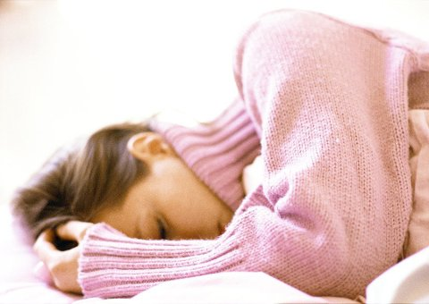 SNOOZE: - Hvis du sliter med søvn, er det anbefalt at du kommer deg ut av sengen med én gang vekkerklokka ringer, anbefaler søvnekspert Lina Elise Hantveit. Foto: Colourbox