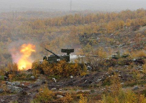 ØVELSE:  2000 soldater og tunge stridsvogner øvde tett opp mot norskegrensa tidligere i høst.