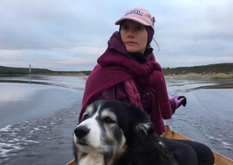 MØTTE UVELKOMNE: Ragnhild Rajala Lautz og hunden møtte på uvelkomne gjester som oppholdt seg på eiendommen hennes. Ragnhild konfronterte vedkommende, de ble værende og tok bilder av Ragnhilds uthus. Det er uklart om de forsøkte å bryte seg inn i uthuset.