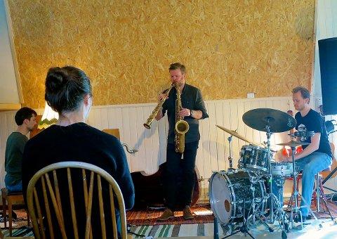 UNDERHOLDT: Jonas Cambien Trio: Jonas Cambien – piano, André Roligheten – saksofoner og Andreas Wildhagen – trommer var blant to trioer som spilte.