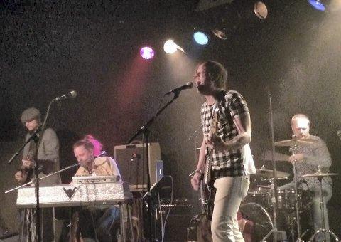 NYTT OPPEGG: Her står Vestfold-bandet Hengsrø Smie på scenen på Total i Tønsberg. Lørdag kveld sender de konsert live fra eget øvingsrom.