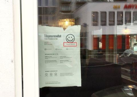 IKKE NOE Å SMILE FOR: Den siste smilefjesrapporten ga faktisk strekmunn, ikke smilefjes, som inngangsdøra til På Bryggekanten indikerer. Bildet ble tatt torsdag ettermiddag, da plakaten fra 2017 fortsatt hang der.