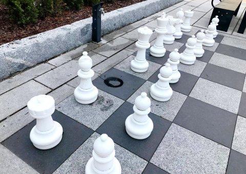 BORTE: Sjakkspillet på Dr. Graaruds plass mangler en hvit hest. Bildet ble tatt i 10-tiden tirsdag.