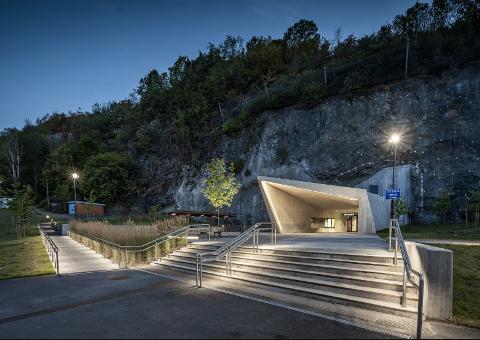 BLIR LAGT MERKE TIL: Holmestrand stasjon er en av de ti nominerte til Nordisk Lyspris 2020, som deles ut 16. mai. «Belysning av plassen er veldig fin og lyset fra mastene gjør seg veldig bra mot betongen», er blant begrunnelsene for nominasjonen.