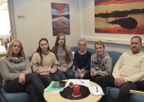 Bekymret: Fra v.: Heidi Gunstensen, Hannah Nygaard Johannessen (10 B), Camilla Bjørkkjær (10 C), Leah Salvesen (6 B), Jonas Ellefsen (7 B) og Finn Krogsrud.