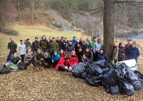 DUGNAD: Det ble samlet inn mye søppel fra stranden i Kragerø. Studenter fra ti nasjoner deltok på feltdagen.