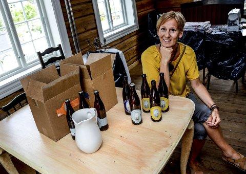 Ølflasker: Tone Stålstrøm Hansen med noen av øletikettene hun har laget.