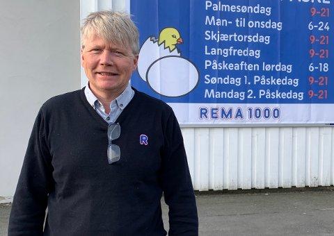Kjøpmann ved Rema 1000 Kragerø, Lars Erik Kjendal, har hyret inn et sikkerhetsselskap for å håndtere påskerushet. Hos Rema har de også utvidet åpningstidene på de røde dagene for at folk i større grad skal spre handelen.