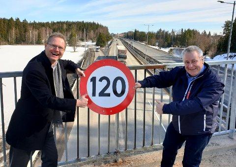 FIKK GJENNOMSLAG: Frp-erne Tor André Johnsen (t.v.) og Bård Hoksrud kan juble for at de fikk flertall for et forsøk med fartsgrense på 120 kilometer i timen på enkelte veistrekninger. (Arkivfoto)