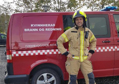 VIL FØREBYGGJA: Øyvind Ousdal i Kvinnherad brann og redning minnar om at folk bør sjekka røykvarslarane sine i førjulstida. (Pressefoto).