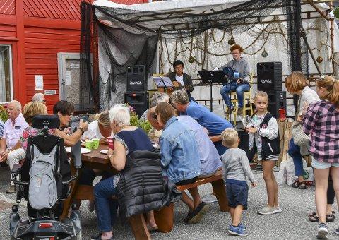 Fleire lokale: Også Joar Kyo Berg og Joar Landa spelte på utescena utanfor samfunnshuset laurdag.