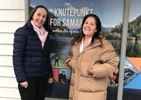 Reiselivsansvarleg Anne Synnøve Lønne (t.v.) og prosjektleiar Bodil Haga gler seg over friske pengar frå fylket.