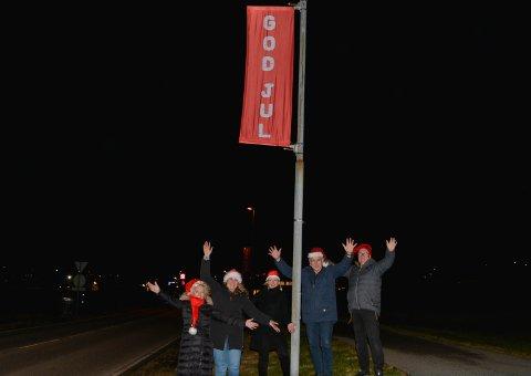 Styret i Husnes Vekst hang opp «God jul»-banner i lyktestolpane rundt Husnes like før jul. Eit 20-tals bedrifter i området hadde vore med å sponsa tiltaket. (F.v.) Elin Stene, leiar Ellinor Rein, Merete Moe Røssland, Håkon Røstbø og Per Henrik Opdal.