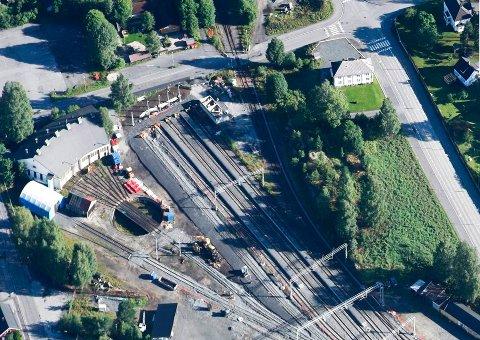OMRÅDET: Det er en del plass i Kongsberg, noe Jernbaneverket bet seg merke i da de presenterte behovet for togparkering for noen år tilbake. Nå er det bevilget penger til et gedigent anlegg i Kongsberg.