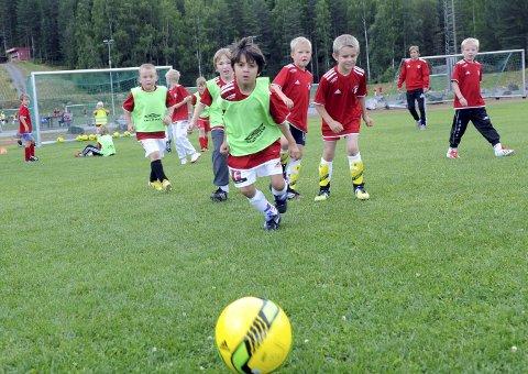 FÅR STOR JULEGAVE: Kongsberg IF, her representert ved unge fotballspillere, får 614.906 kroner i momskompensasjon.