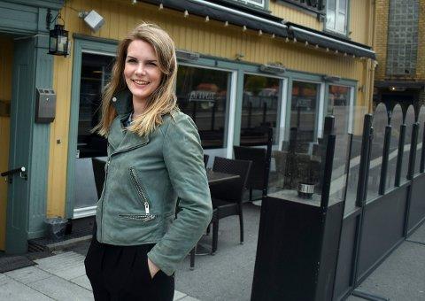 TAR DET TIL ETTERETNING: Katrine Kolset, restaurantsjef på Privat Cafe og Bar, sier at gjestene er overrasket over nye regler.
