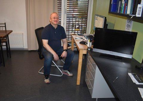 Knut Rønningsbakk kunne smile lørdag kveld. Da det først skulle skje en vannlekkasje på studenthybelen i fellesferien, var det tur at han var hjemme.