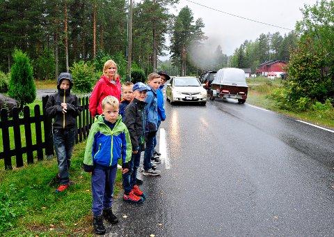 LIVREDDE: Barna tør ikke bevege seg langs Gamleveien med økt trafikk i stor hastighet. Marie Gjerden etterlyser tiltak. Ungene er fra venstre: Ola Sønsterud Haugen, Vetle A. Klokseth, Tarjei A. Klokseth, Knut Sønsterud Haugen, Elias Gjerden og Trym Nybråten.