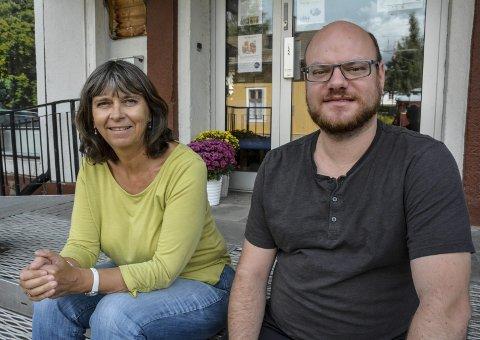 AVHENGIGE AV FRIVILLIGE: Leder av Lier frivilligsentral, Kathrine Hoem og flyktningkonsulent i Lier kommune, Marc Berendt.