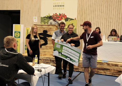 En svært fornøyd Kaja Kværner mottok Tevlingprisen på vegne av Lier Bygdeungdomslag.