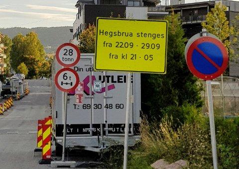 Stenger brua: Hegsbrua blir stengt for nattarbeid i en uke.