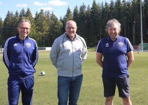 HÅPEFULLE: f. v. Jens Anders Berg, Alf Hansen og Knut Erik Berg håper at det snart kan trenes normalt igjen i barne- og ungdomsfotballen.
