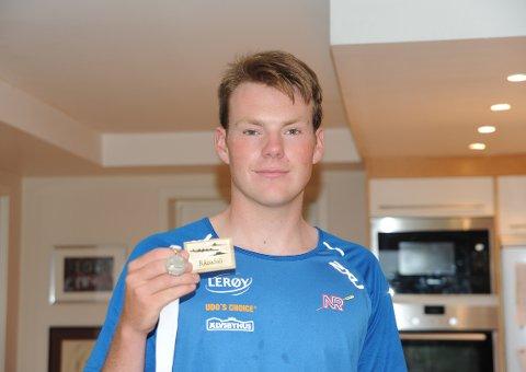 FORNØYD: Nicolay Bjønnes Yngsdal fikk med sen en sølvmedalje fra Nordisk Mesterskap, og et gull fra Svensk regatta i helgen. Begge Foto: Solfrid Therese Nordbakk